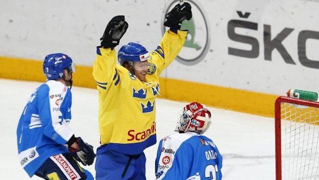 Švéd Nicklas Danielsson (uprostřed) je novou posilou hokejistů pražského Lva.