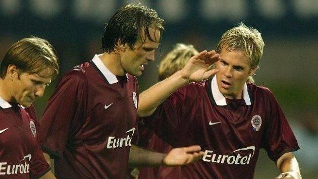 Igor Gluščevič (uprostřed) se ve sparťanském dresu raduje z gólu s Tomášem Junem (vlevo) a Tomášem Hübschmanem.