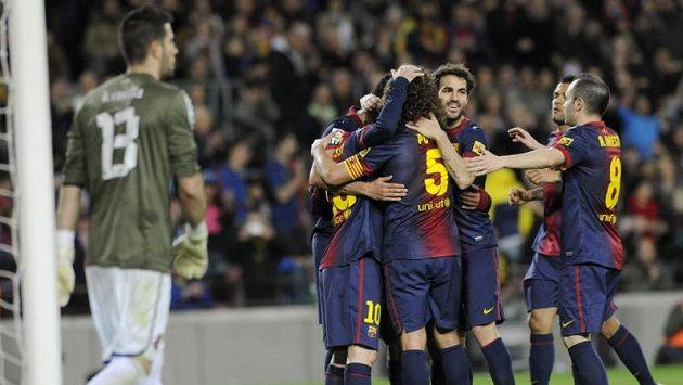 Fotbalisté Barcelony se radují ze vstřelení gólu do sítě městského rivala Espaňolu.