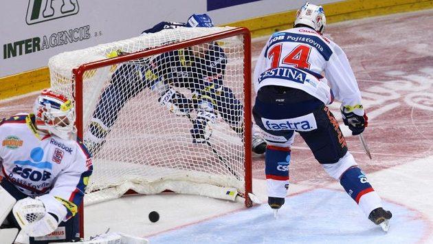 Tradiční gól v podání kladenského Tomáše Plekance! Po objetí branky zasouvá kotouč do odkryté klece.