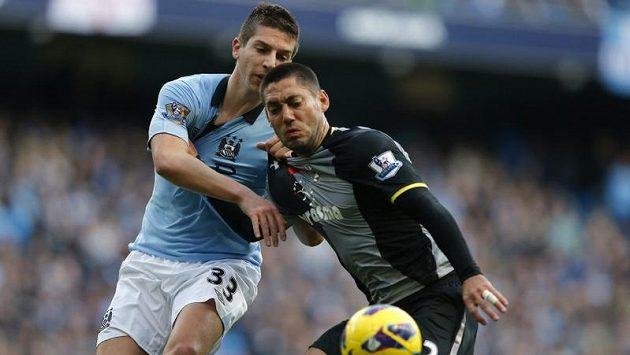 Útočník Tottenhamu Hotspur Clint Dempsey (vpravo).