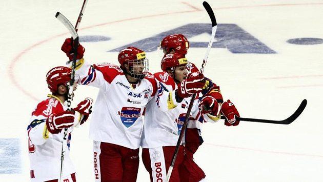 Hokejisté Českých Budějovic se radují ze vstřelení gólu.