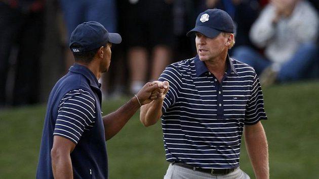 Američtí golfisté Tiger Woods (vlevo) a Steve Stricker.