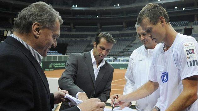 Pražský primátor Bohuslav Svoboda (vlevo) si v O2 aréně, kde trénovali čeští tenisté před čtvrtfinále Davisova poháru proti Srbsku, nechal podepsat dres. Dále zleva jsou Radek Štěpánek, kapitán Jaroslav Navrátil a Tomáš Berdych.