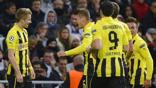 Marco Reus (vlevo) z Borussie Dortmund otevřel k radosti svých spoluhráči skóre zápasu proti Realu Madrid.