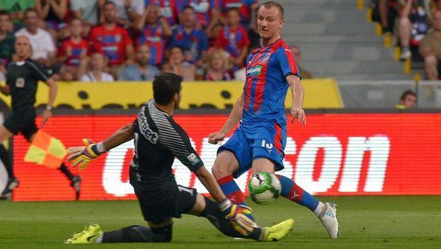 Plzeňský střelec Michael Krmenčík se pokouší překonat rumunského brankáře.