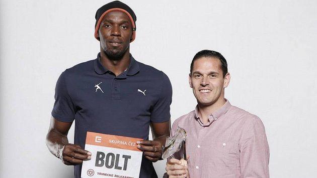 Sprinterské eso Usain Bolt, jeho agent Ricky Simms a trofej pro vítěze Zlaté tretry.