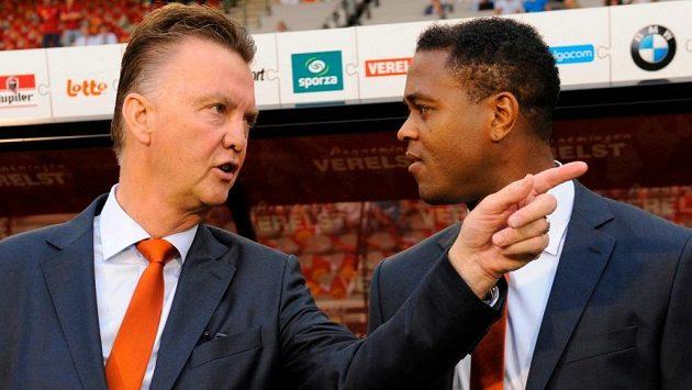 Přísný trenér, ale s velkým renomé. Takový je Nizozemec Louis van Gaal (vlevo), na snímku se svým asistentem Patrickem Kluivertem.
