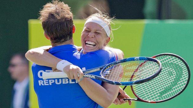 Radek Štěpánek a Lucie Hradecká se radují z vítězství nad Saniou Mirzaovou a Rohanem Bopannou z Indie. Právě získali bronz na olympiádě v Riu.