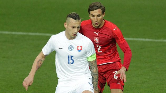 Adam Zreľák ze Slovenska a Stefan Simič během přípravného zápasu fotbalistů do 21 let mezi Českou republikou a Slovenskem v Karviné.