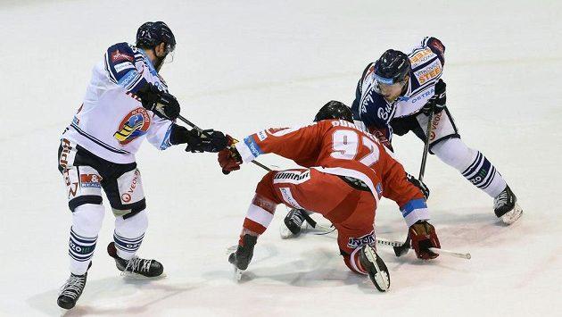 Vítkovičtí Ivan Baranka (vlevo) a Rostislav Olesz bojují s Kevinem Sundherem z Olomouce.