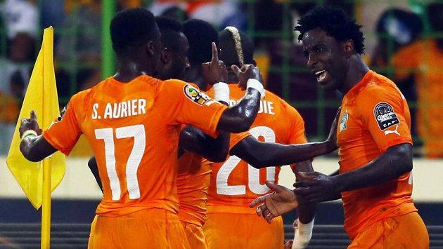 Útočník Pobřeží slonoviny Wilfried Bony (vpravo) slaví gól v duelu Afrického šampionátu proti Alžírsku.