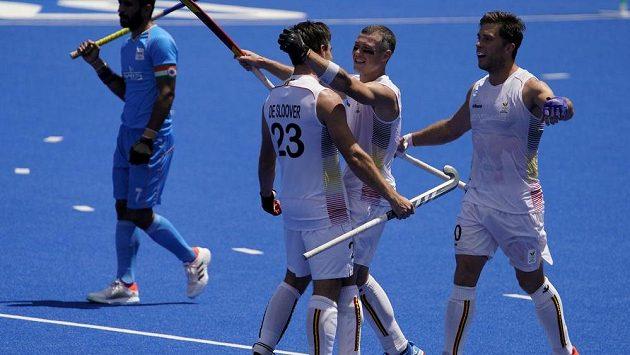 Belgičtí pozemní hokejisté se radují v zápase s Indií.