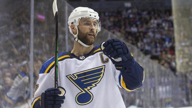 Obránce týmu St. Louis Blues Alex Pietrangelo (27) slaví vstřelený gól v NHL.