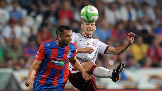 Plzeňský záložník Pavel Horváth (vlevo) a Pavel Kadeřábek ze Sparty bojují o míč.