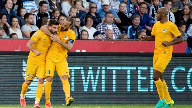 Fotbalisté APOEL Nikósie se radují z gólu.