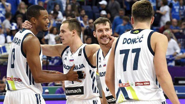 Slovinští basketbalisté oslavují výhru nad Řeckem.