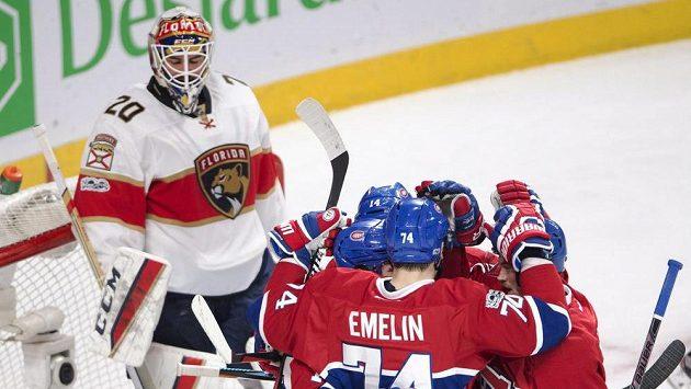 Hráči Montrealu i s Tomášem Plekancem (14) slaví jednu ze svých branek v zápase proti Floridě. Vlevo brankář Panthers Reto Berra (20).