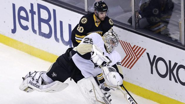 Gólman Pittsburghu Penguins Marc-Andre Fleury odpaluje puk před bostonským Danielem Paillem.