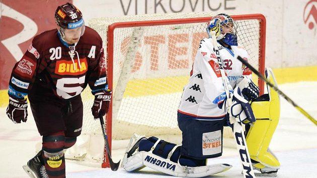Brankář Vítkovic Patrik Bartošák se v zápase se Spartou nevyvaroval několika chyb. Vlevo útočník Pražanů Petr Vrána.