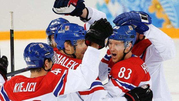 Český hokejista Aleš Hemský (83), Milan Michálek a David Krejčí slaví gól proti Slovensku. Budou mít radost i po čtvrtfinále s USA?