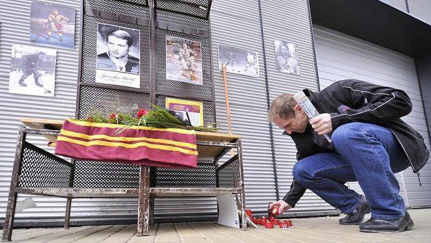 Jednatel HC Dukla Bedřich Ščerban zapaluje svíčku.