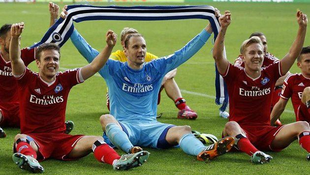 Fotbalisté Hamburku s brankářem Jaroslavem Drobným uprostřed oslavují výhru nad Dortmundem.
