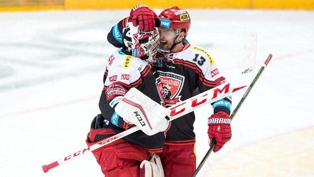 Brankář Hradce Králové Ondřej Kacetl a Martin Štajnoch (vpravo) oslavují vítězství na ledě Sparty - ilustrační foto.