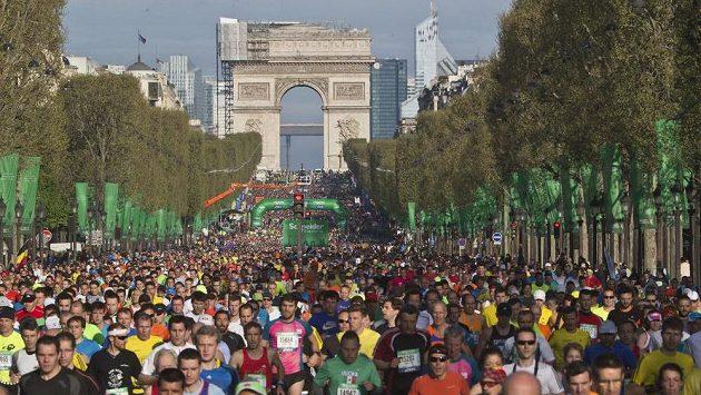 Účastníci pařížského maratónu běží po bulváru Champs-Elysées.