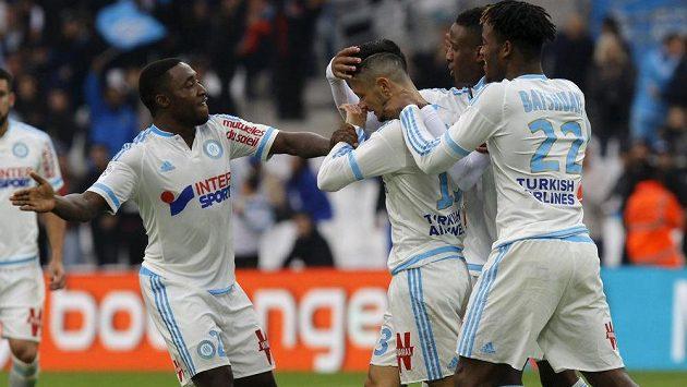 Remy Cabella (uprostřed) a jeho spoluhráči z Marseille slaví vstřelený gól.
