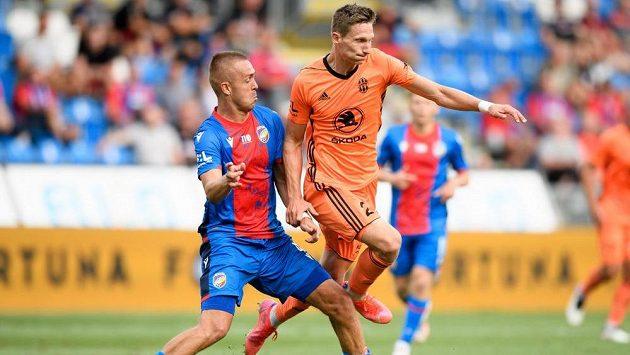 Luděk Pernica z Viktorie Plzeň a Milan Škoda z Mladé Boleslavi během utkání 1. kola fotbalové ligy.