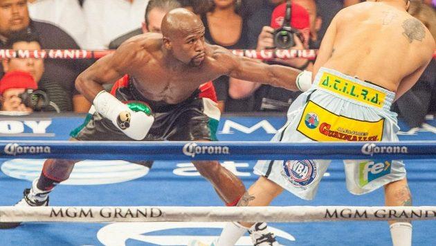 Floyd Mayweather (vlevo) v duelu s Argentincem Marcosem Maidanou.