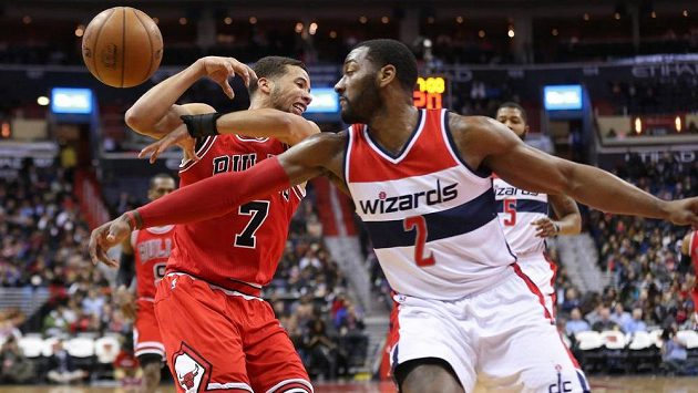 Washingtonský John Wall (2) a Michael Carter-Williams (7) z Chicaga.