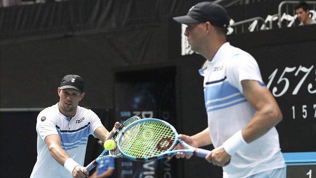 Bratři Bryanové během třetího kola čtyřhry na Australian Open.