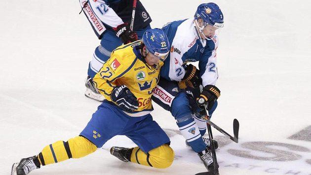 Švéd Andre Petersson (vlevo) bojuje s Finem Markusem Nutivaarou.