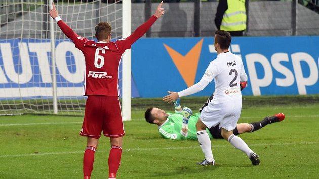 Jakub Plšek ze Sigmy Olomouc (vlevo) se raduje z gólu v Karviné.