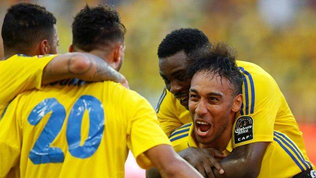 Fotbalisté Gabonu se radují z gólu proti Guinee-Bissaun mistrovství Afriky.