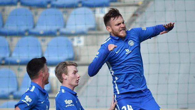 Autor gólu Daniel Bartl (vpravo) ze Slovanu Liberec se raduje se spoluhráči Egonem Vůchem (vlevo) a Petrem Ševčíkem.