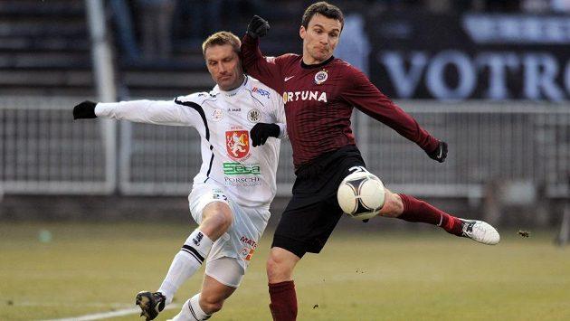Milan Fukal z Hradce Králové (vlevo) se snaží zastavit sparťanského útočníka Davida Lafatu.
