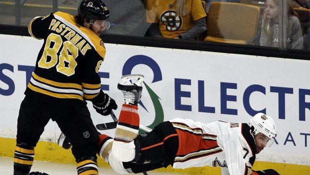 Bostonský David Pastrňák posílá k zemi Andrewa Cogliana z Anaheimu.