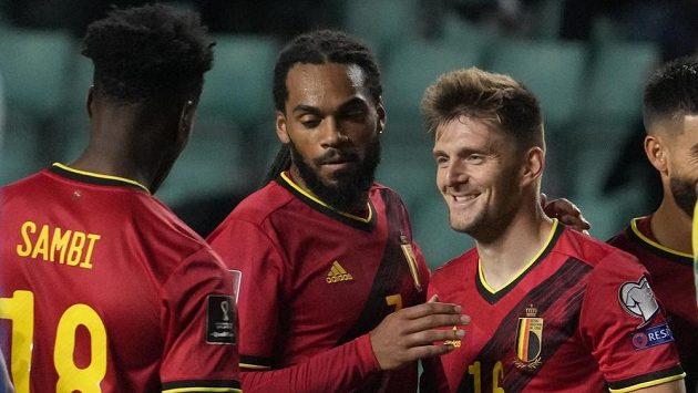 Belgický fotbalitsa Thomas Foket slaví se spoluhráči gól do sítě Estonska.
