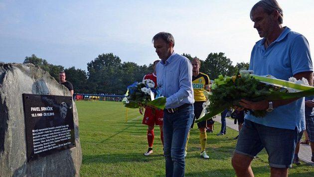 Kytici k pomníčku, který v Bohumíně připomíná zesnulého Pavla Srnička, položili Dušan Vrťo, Tomáš Zápotočný, Pavel Košťál a Lubomír Vlk.