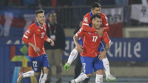 Chilský fotbalista Gary Medel (17) oslavuje se spoluhráči Angelem Henriquezem (22) a Davidem Pizarrem gól do bolívijské sítě.
