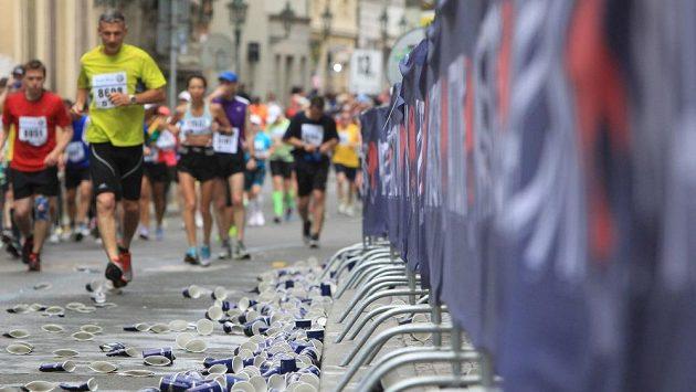 Tisíce běžců, tisíce kelímků. I to je součást velkých běžeckých údálostí. Pitný režim je nutnost.