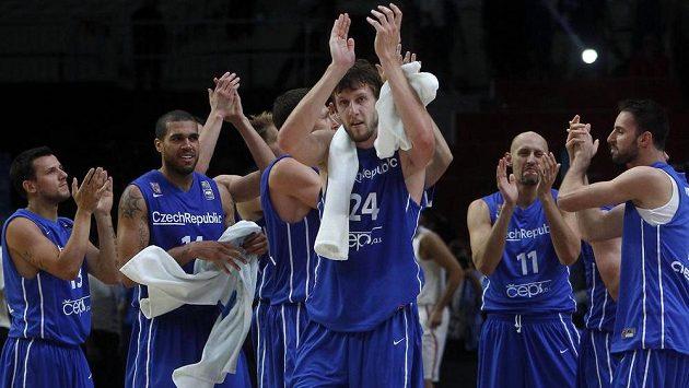 Čeští basketbalisté oslavují senzační výhru 80:59 nad Chorvatskem v osmifinále ME.