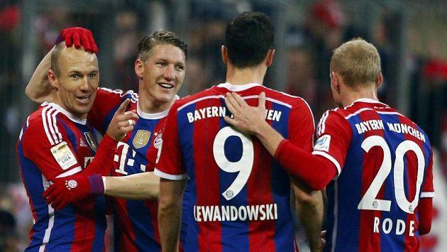 Zleva Arjen Robben, Bastian Schweinsteiger, Robert Lewandowski a Sebastian Rode z Bayernu slaví jeden z gólů proti Hoffenheimu v utkání 12. kola bundesligy.