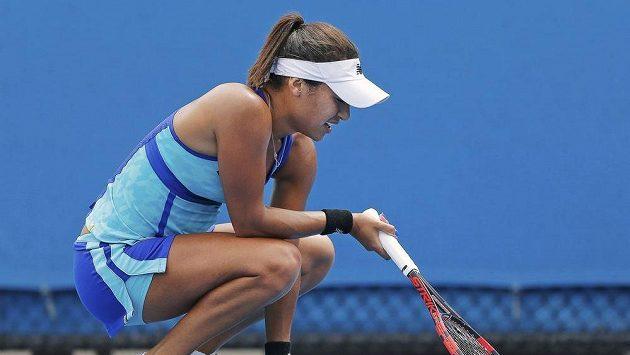 Britská tenistka Heather Watsonová se musela v zápase se Světlanou Pironkovovou potýkat s křečemi.