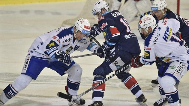 Zleva Jan Hruška z Brna, Roman Červenka z Chomutova a Rastislav Špirko z Brna ve třetím utkání předkola play off.