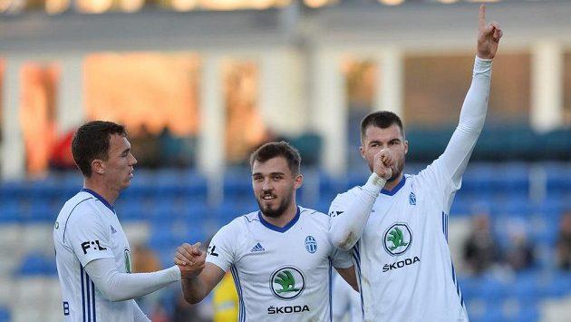 Mladoboleslavský fotbalista Tomáš Ladra z Boleslavi (uprostřed) se raduje z gólu s Nikolajem Komličenkem (vpravo) a Jakubem Klímou.