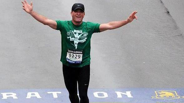 Takhle šťastný byl Mike Rossi v cíli maratónu v Bostonu. Jak se tam ale dostal?